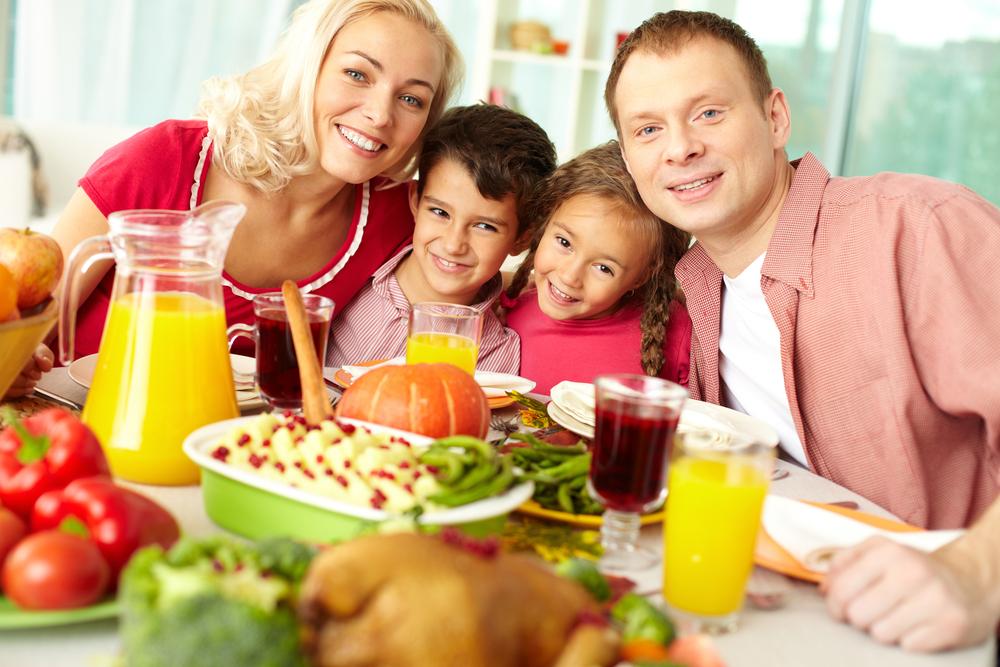 за праздничным столом один не ест: