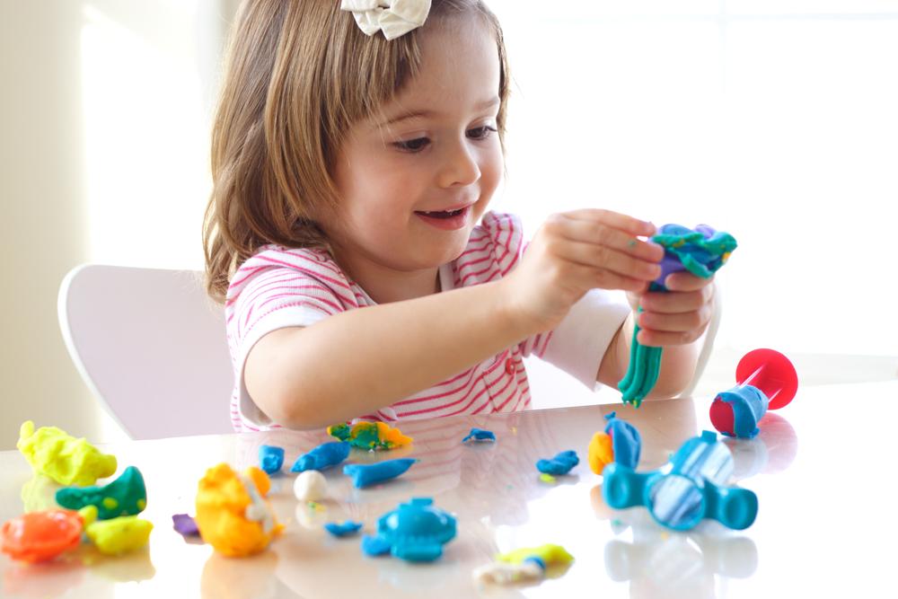 Ребенок играет детьми старше