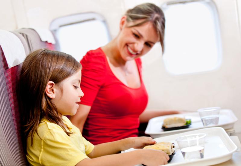 Детское питание в самолете: взять с собой или заказать на борту?
