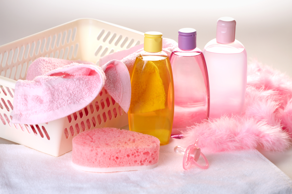 Купание новорожденного: что добавить в ванну?