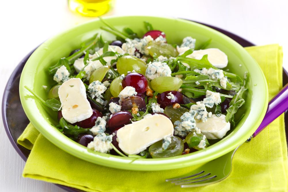 Салат с виноградом и сыром с